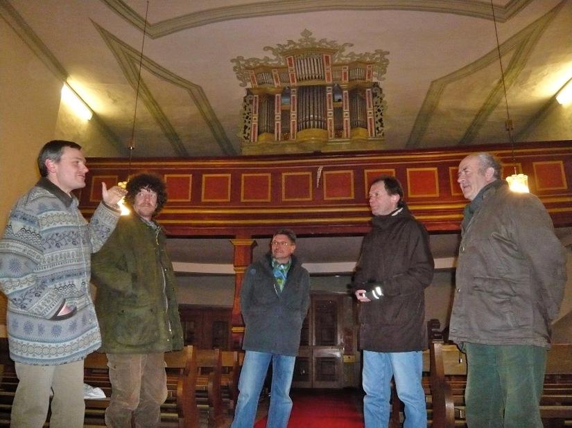 Frank Kleespies erläutert die Besonderheiten der Alsberger Orgel