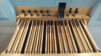 Orgelpedal und Tritte (darüber) ...