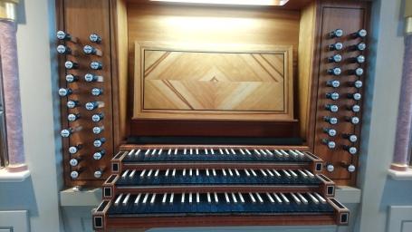 Speltisch mit klassischen Registerzügen in St. Peter und Paul